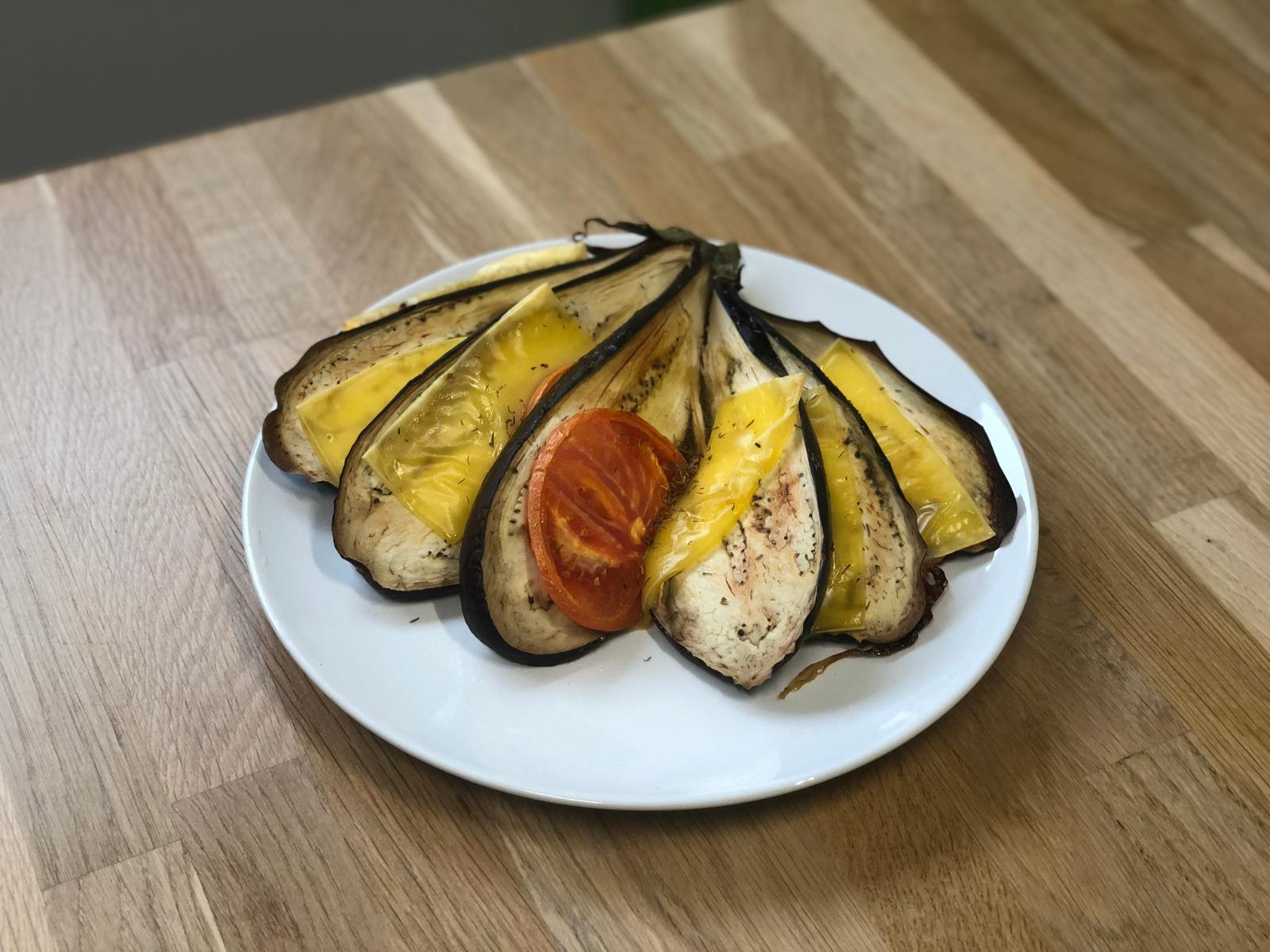 abanico de berenjena con queso y tomate come sano